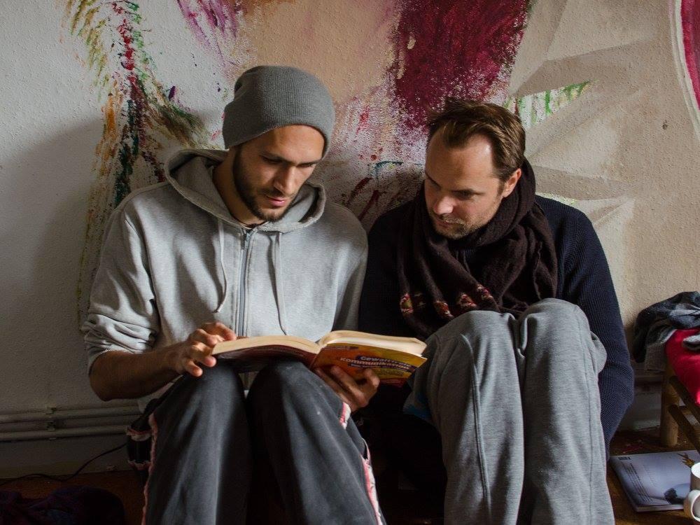 Foto zwei jungen Menschen mit GFK Buch.