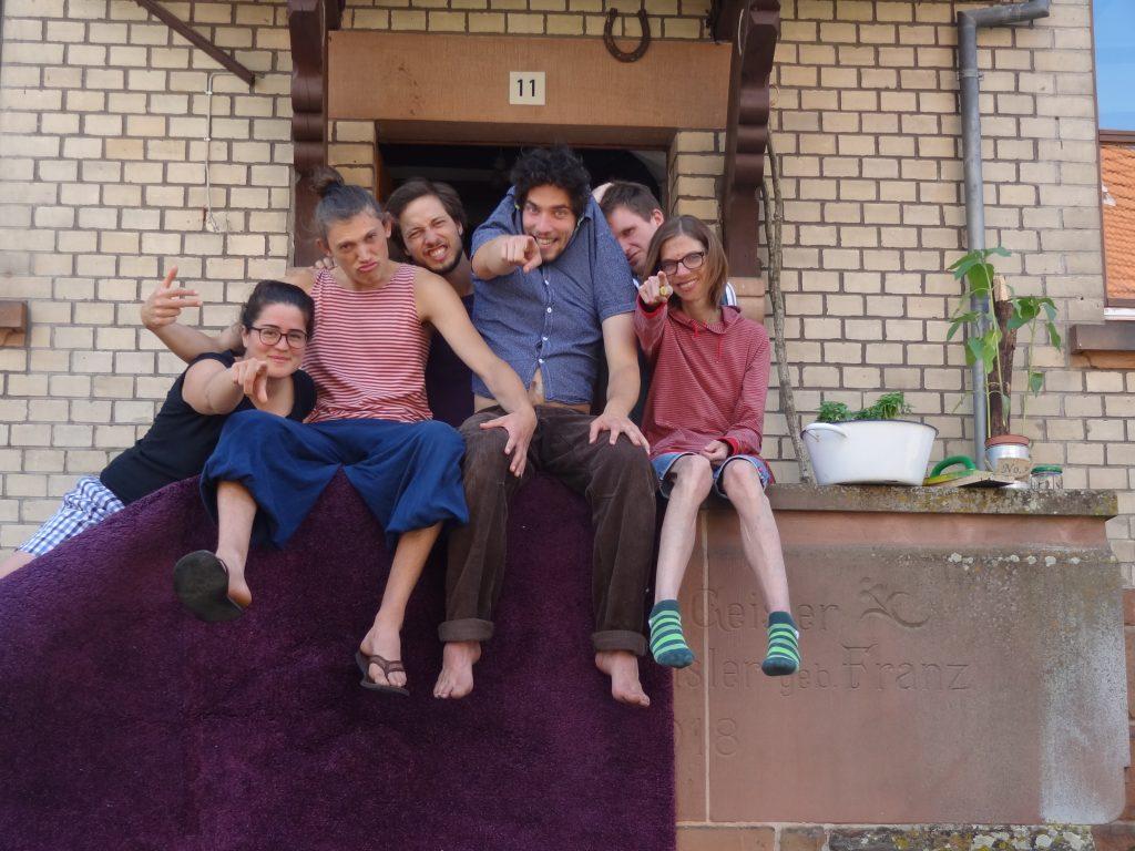 Foto von Marie, Oskar, Julian, Max, Daniel und Marie vorm Wolfshaus